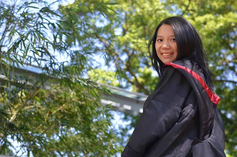 dziewczyna-przy-drzewie-kursy-jezyka-angielskiego