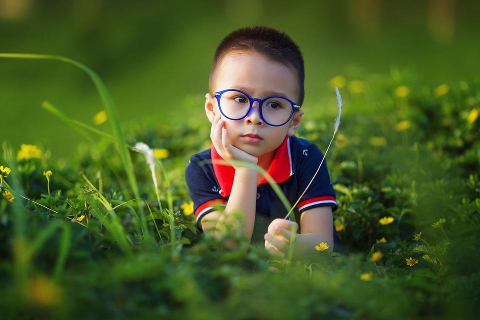 dziecko-w-trawie-kursy-jezyka-angielskiego