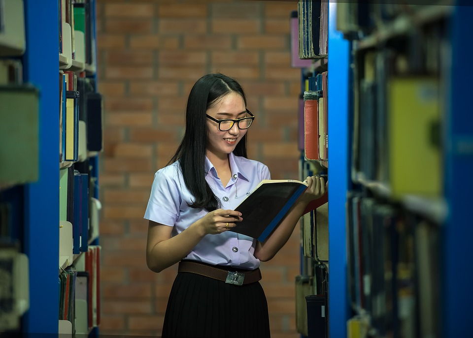 dziewczyna-w-bibliotece-kursy-jezyka-angielskiego