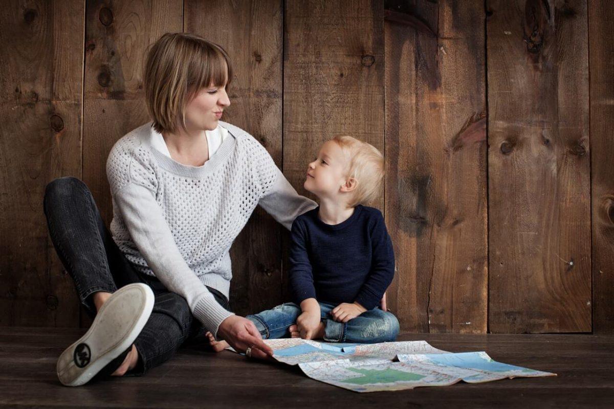Mama-z-dzieckiem-na-podlodze