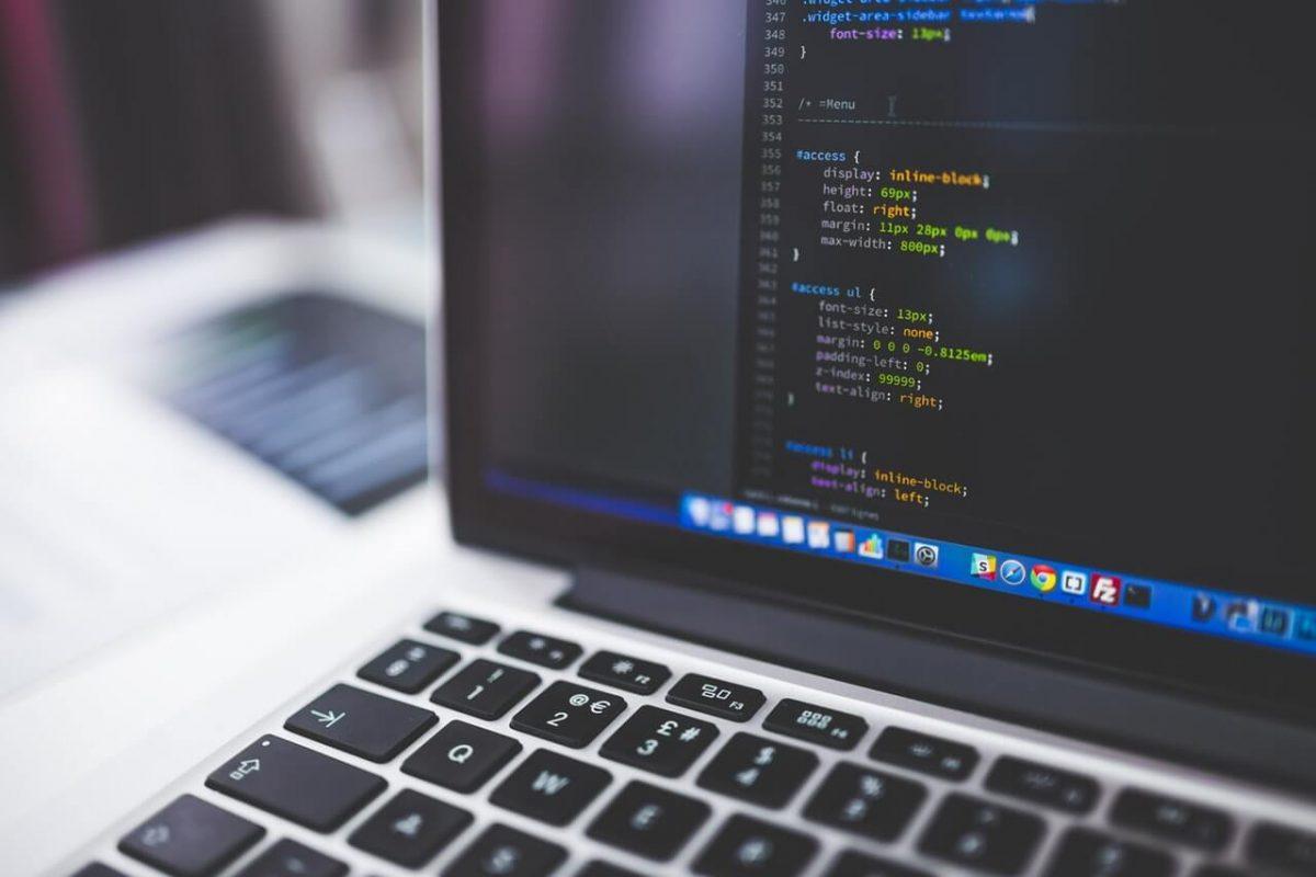 Wlaczony-laptop-z-kodem