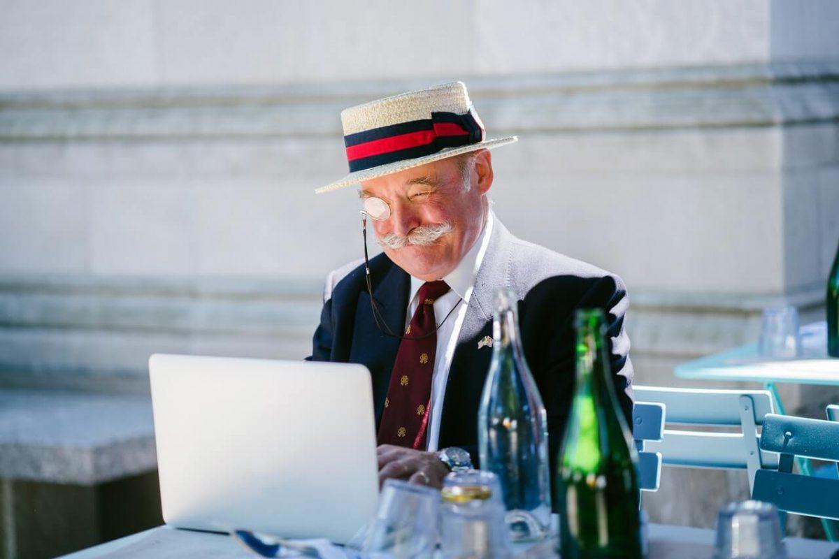 Starszy-pan-z-wasem-w-kapeluszu