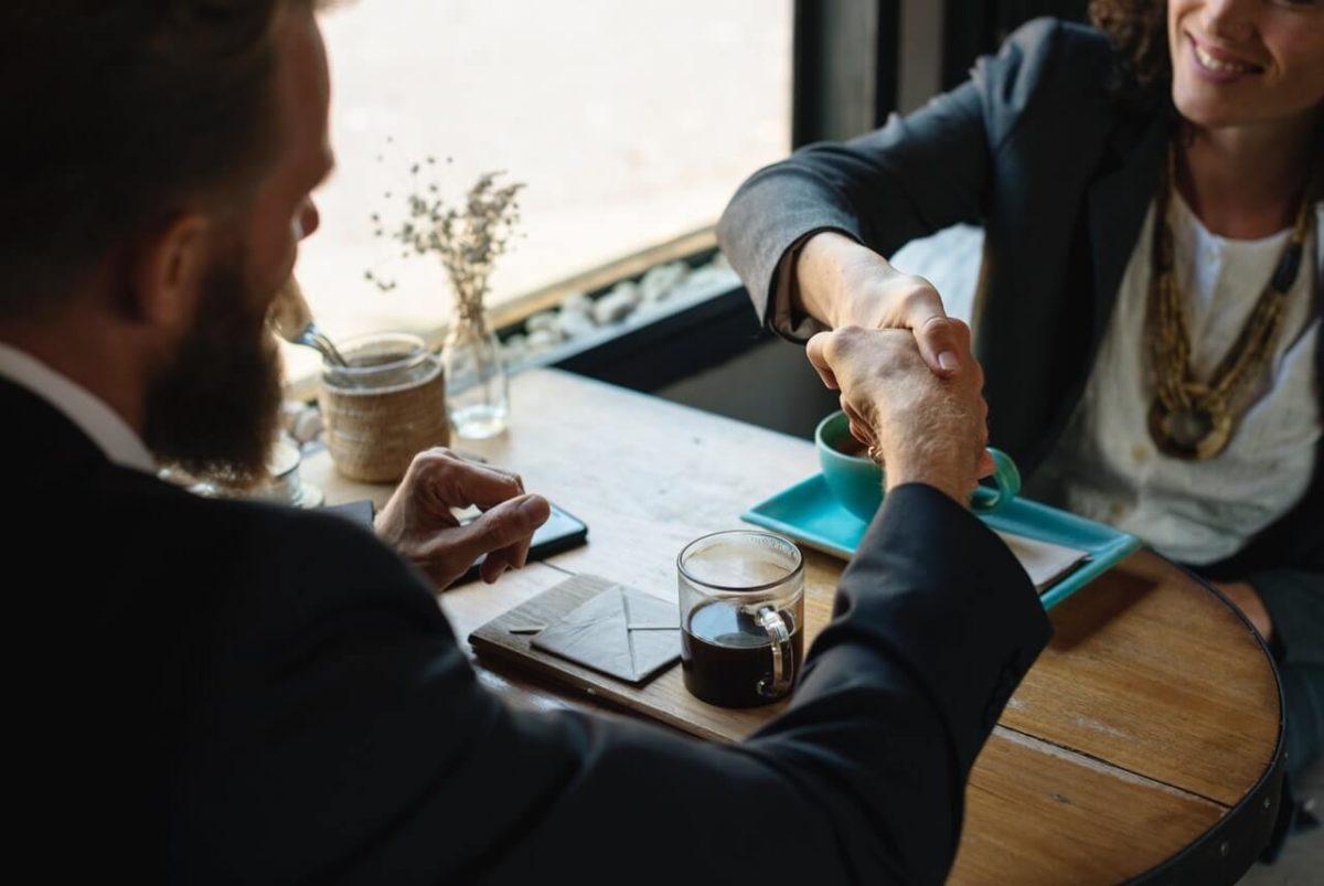 Dwie-osoby-rozmawiajace-przy-kawie
