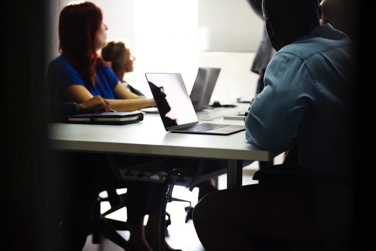 Grupa-osob-przy-laptopach