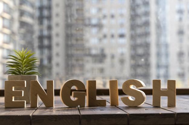 Napis english na tle budynków