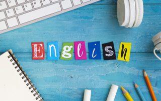 kolorowy napis english na niebieskim tle