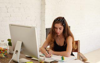 Dziewczyna ucząca się na kursie online